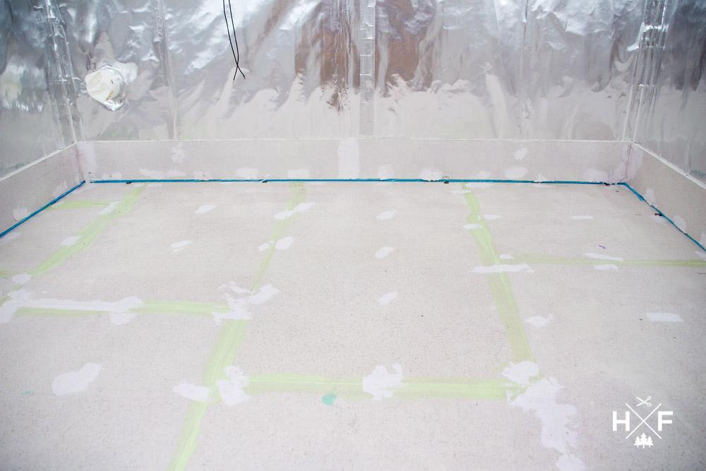 Sauna Eigenbau Konstruktion des Bodenaufbaus mit Wassersperre und Fliesen