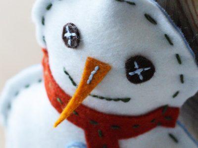 Winterdekoration für Kinder: ein Schneemann aus Filz
